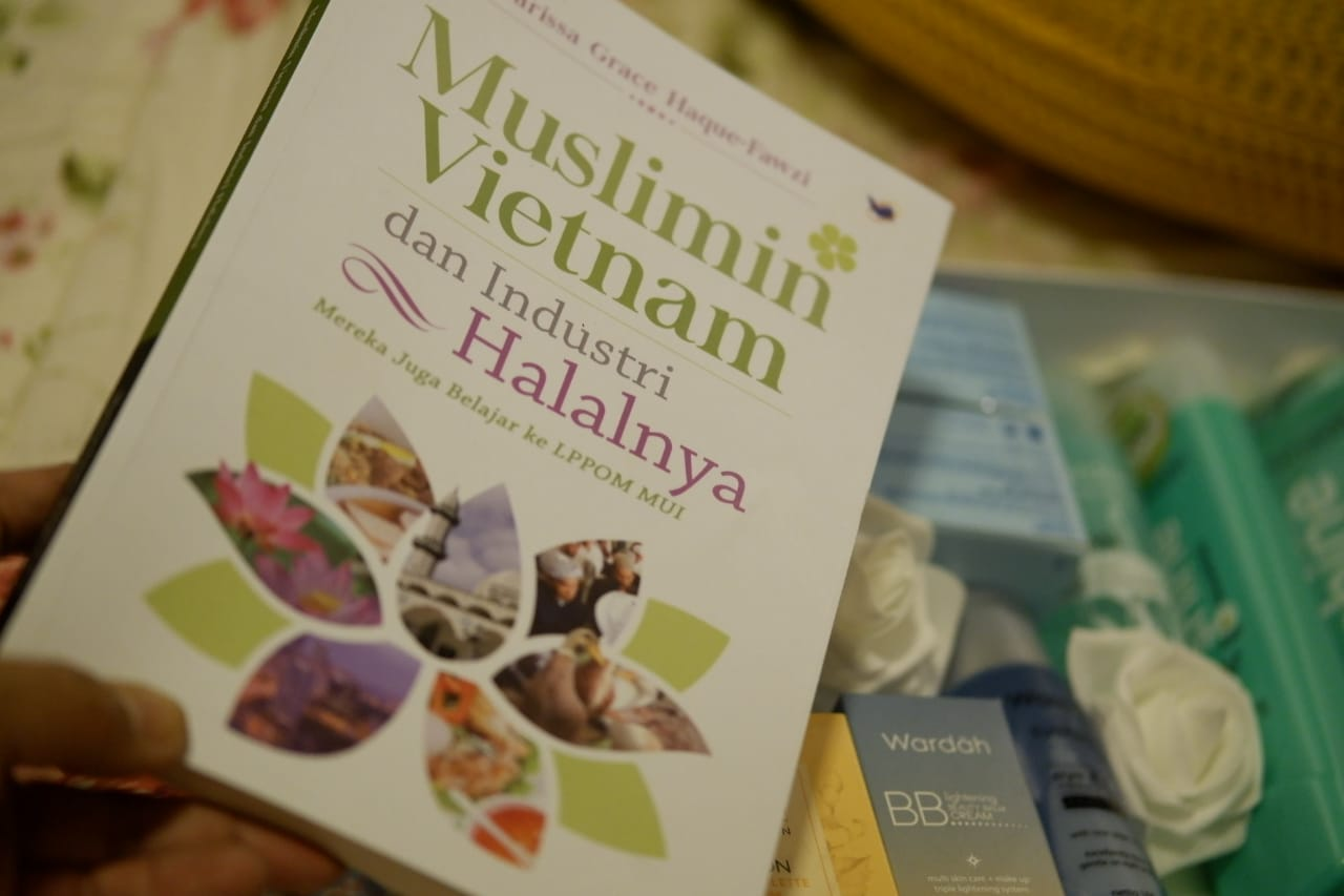Marissa Haque Luncurkan Buku Wisata Halal Vietnam